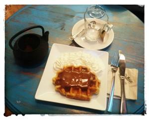 Waffle de chocolate con tea de chocolate y naranja