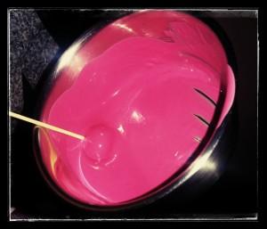 7. Bañar la bolita en el chocolate fundido