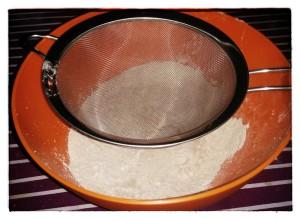2. Tamizar harina, levadura y cacao juntos