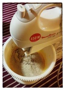 5. Mezclar la primera mitad de la harina