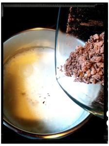 3. Añadir el chocolate triturado a la nata - aggiungere il cioccolato triturato alla panna