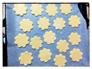 12. Preparar una bandeja con papel de horno y disponer las galletas - preparare la teglia con carta forno e disporre i biscotti